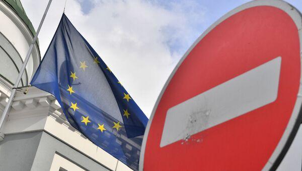 Флаг ЕС у здания представительства Европейского Союза в Москве - Sputnik Азербайджан