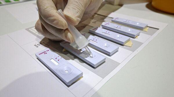 Медицинский работник готовит наборы для экспресс-тестов на коронавирус, фото из архива - Sputnik Azərbaycan