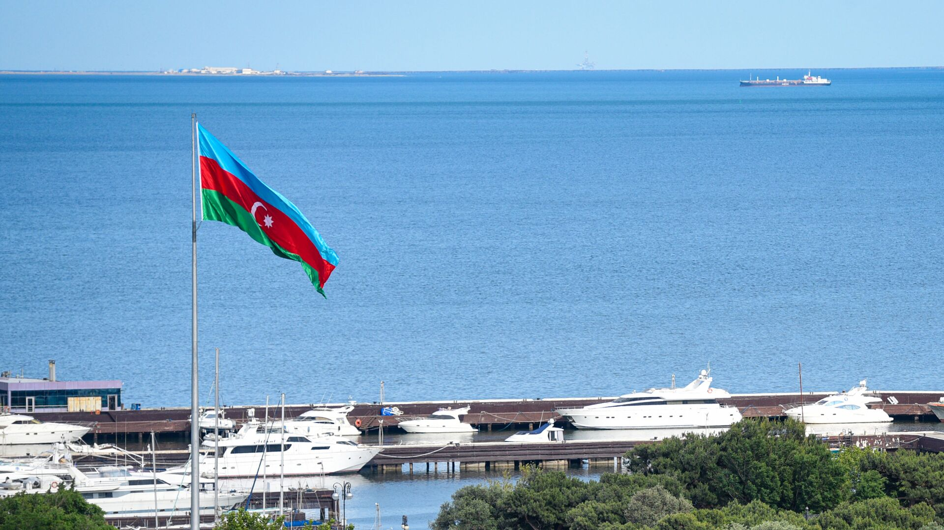 Флаг Азербайджана развевается на приморском бульваре, фото из архива - Sputnik Азербайджан, 1920, 08.08.2021