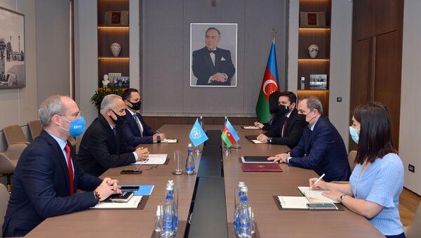 Министр иностранных дел Азербайджана Джейхун Байрамов принял резидента-координатора ООН в АР Гулама Исхагзаи - Sputnik Азербайджан