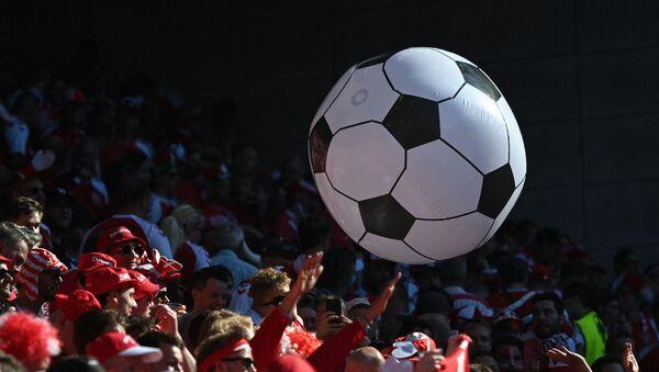 Болельщики Дании с надувным футбольным мячом - Sputnik Azərbaycan