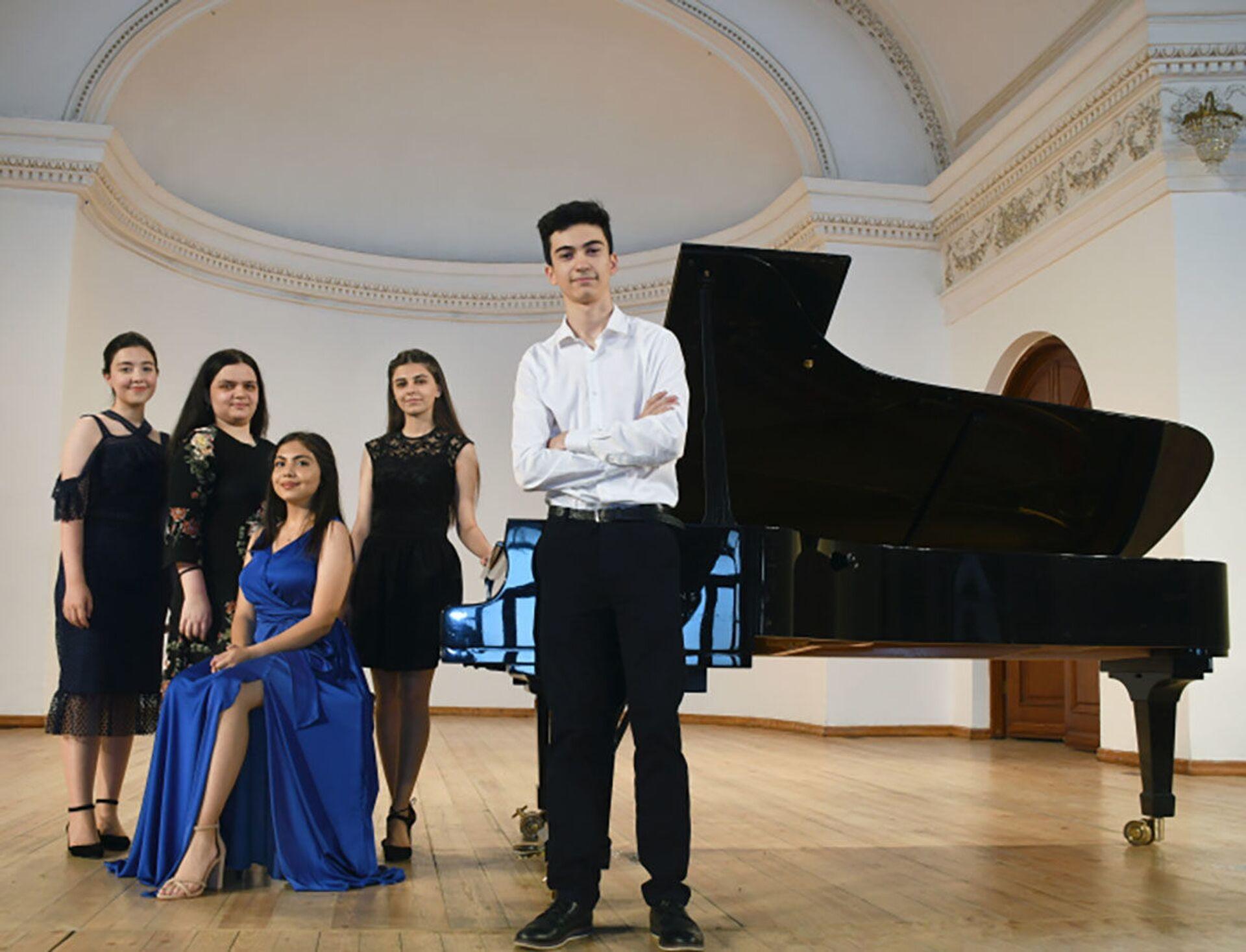 Лауреаты конкурсов выступили на сцене Филармонии с итоговым концертом - Sputnik Азербайджан, 1920, 26.06.2021