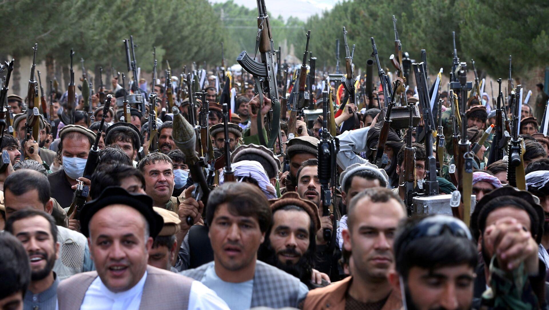 Сотни вооруженных людей на окраине Кабула, Афганистан, 23 июня 2021 года. - Sputnik Азербайджан, 1920, 06.09.2021