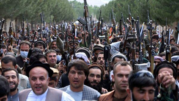 Сотни вооруженных людей на окраине Кабула, Афганистан, 23 июня 2021 года. - Sputnik Азербайджан