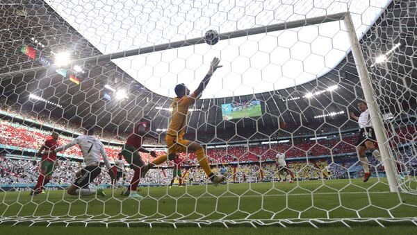 Робин Госенс из Германии забивает гол во время матча группы F чемпионата Евро-2020 между Португалией и Германией - Sputnik Azərbaycan