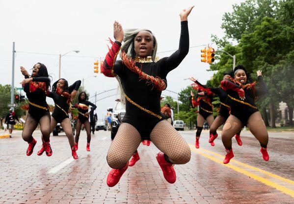 Танцевальный капитан Шайр'Мэй Харрис возглавляет участников из For The Love of Dance Studio во время парада, штат Мичиган, США - Sputnik Азербайджан