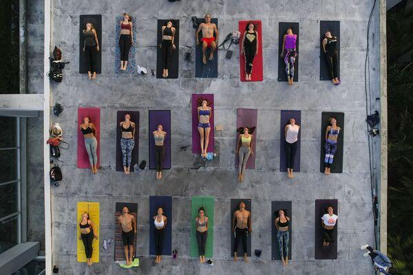 Энтузиасты практикуют йогу на крыше студии ARA Yoga Caracas в Каракасе, Венесуэла - Sputnik Азербайджан