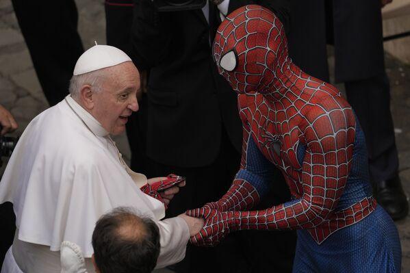 Папа Франциск встречает Человека-паука во дворе Сан-Дамасо в Ватикане - Sputnik Азербайджан