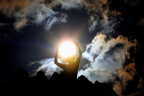 Человек празднует летнее солнцестояние в мегалитической обсерватории Кокино, недалеко от города Куманово, Северная Македония - Sputnik Азербайджан