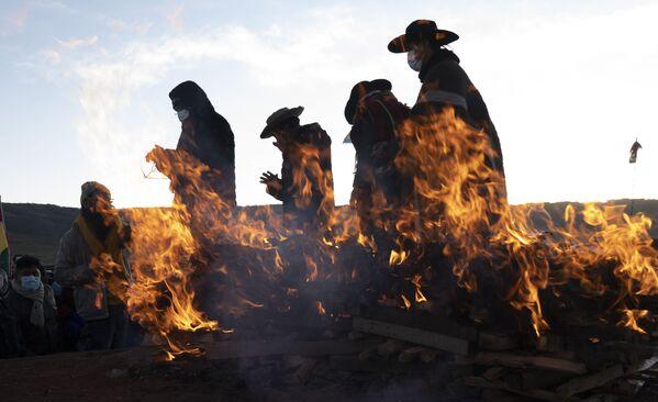 Религиозные лидеры коренных народов аймара завершают новогодний ритуал в древнем городе Тиуанако, Боливия - Sputnik Азербайджан