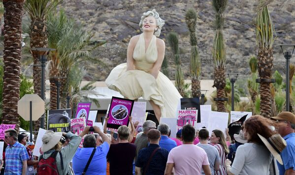 Протестующие перед статуей «Навсегда Мэрилин», открытой на Палм-Спрингс, Калифорния - Sputnik Азербайджан