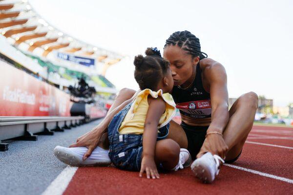 Эллисон Феликс празднует победу со своей дочерью Камрин после того, как заняла второе место в соревнованиях по бегу на 400 метров чемпионата США  - Sputnik Азербайджан