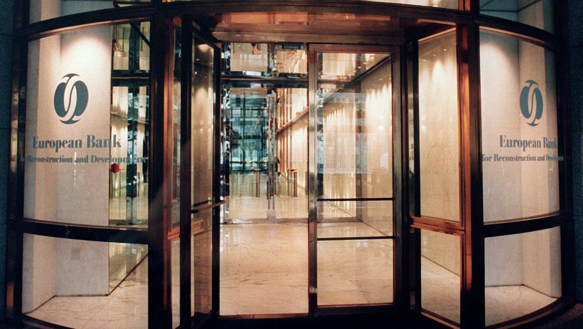Вход в Европейский банк реконструкции и развития в Лондоне, фото из архива - Sputnik Azərbaycan, 1920, 28.06.2021