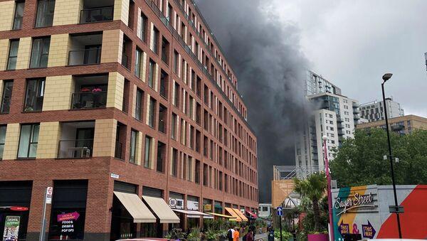Дым после взрыва на станции Elephant and Castle в Лондоне - Sputnik Azərbaycan