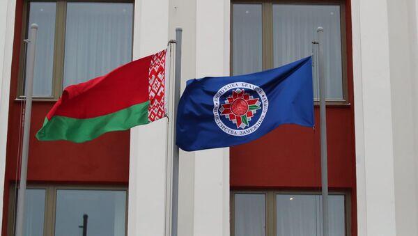 Флаги у здания МИД в Минске - Sputnik Азербайджан
