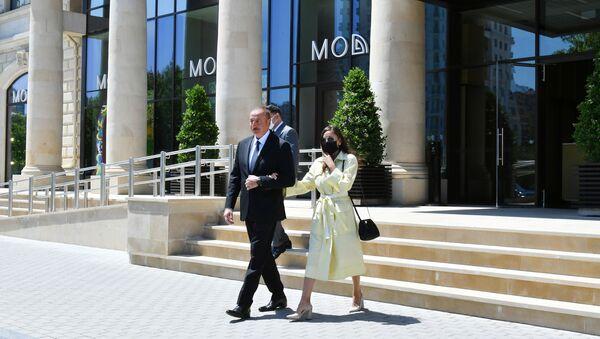 Президент Ильхам Алиев и Первая леди Мехрибан Алиева приняли участие в открытии отеля Courtyard by Marriott Baku - Sputnik Азербайджан