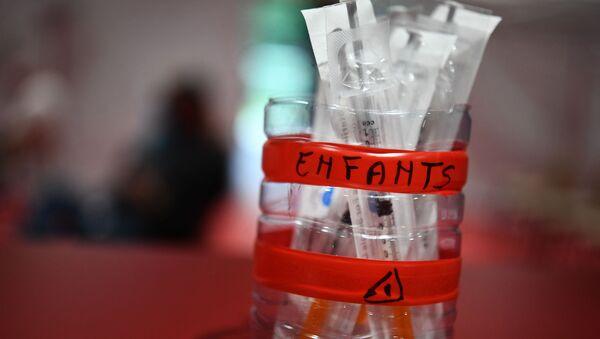 Шприцы, наполненные вакциной Pfizer / BioNtech, фото из архива - Sputnik Azərbaycan