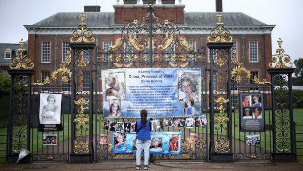 Фотографии принцессы Дианы у Кенсингтонского дворца в Лондоне, фото из архива - Sputnik Азербайджан