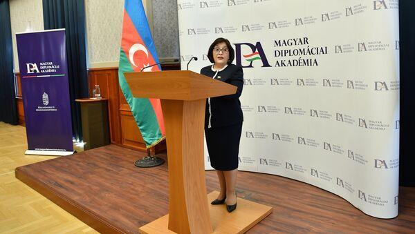 Sədri Sahibə Qafarovanın başçılığı ilə Azərbaycan parlamentinin nümayəndə heyəti Macarıstan Diplomatik Akademiyasında  - Sputnik Азербайджан
