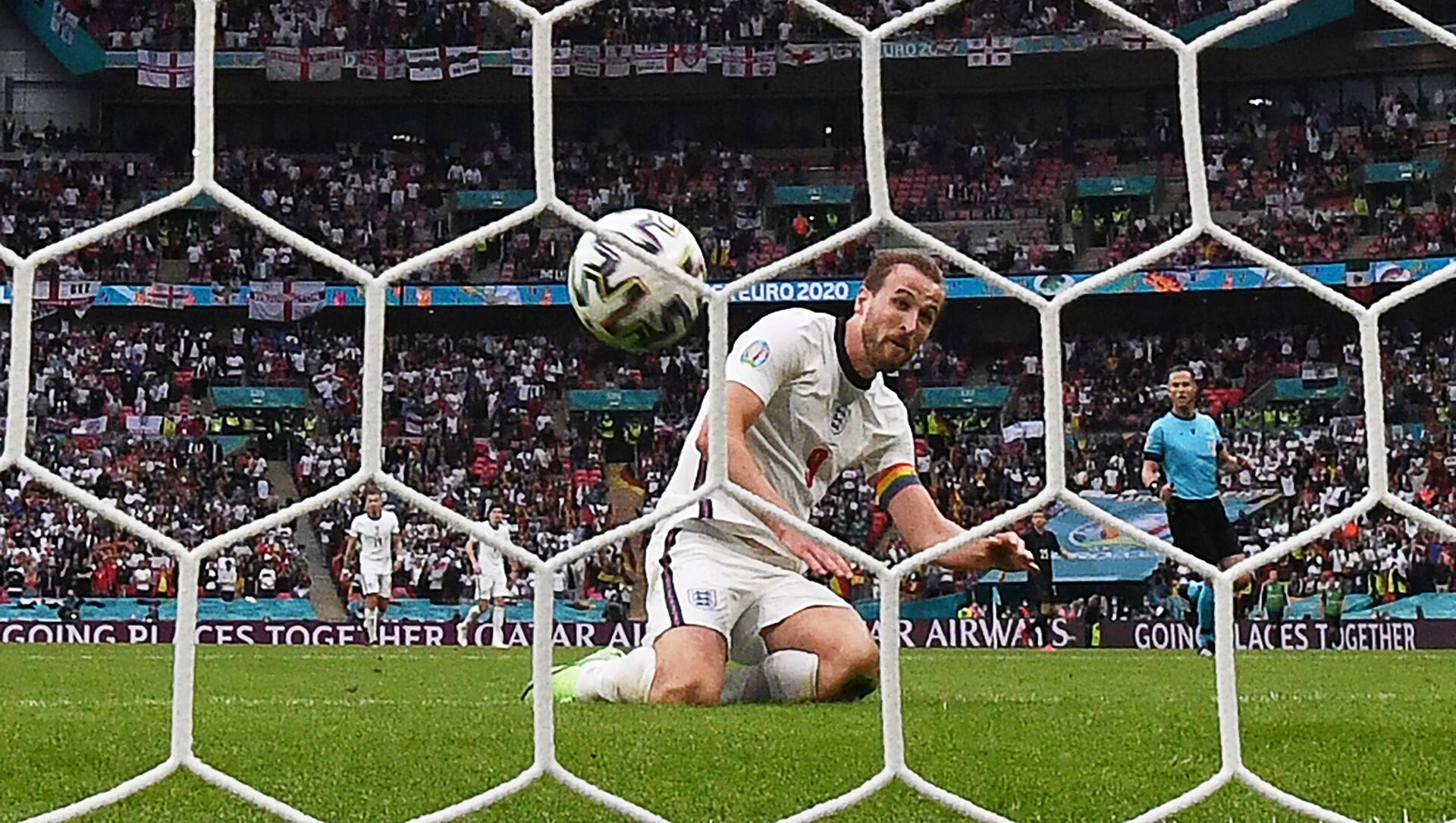 Нападающий сборной Англии Гарри Кейн забивает второй гол сборной Англии во время 1/8 финала ЕВРО-2020 между сборными Англии и Германии на стадионе Уэмбли в Лондоне - Sputnik Азербайджан, 1920, 11.07.2021