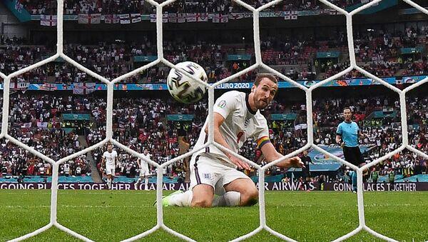 Нападающий сборной Англии Гарри Кейн забивает второй гол сборной Англии во время 1/8 финала ЕВРО-2020 между сборными Англии и Германии на стадионе Уэмбли в Лондоне - Sputnik Азербайджан