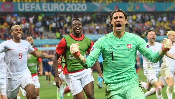 Футболисты сборной Швейцарии радуются победе в серии пенальти над сборной Франции - Sputnik Azərbaycan