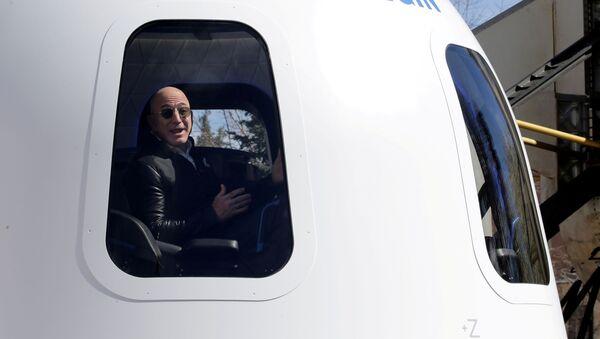 Джефф Безос на корабле своей компании Blue Origin - Sputnik Азербайджан