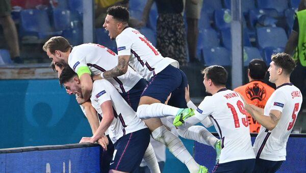 Футболисты сборной Англии празднуют забитый гол - Sputnik Azərbaycan