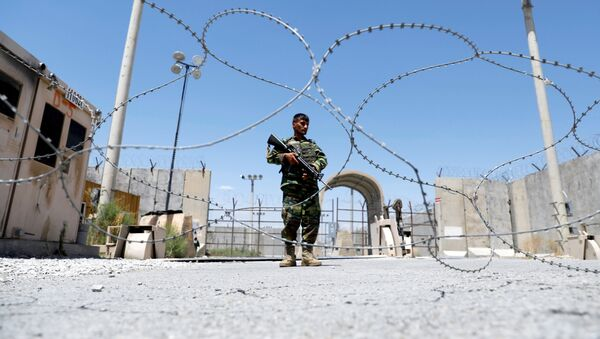 Солдат афганской национальной армии охраняет блокпост возле американской авиабазы Баграм - Sputnik Azərbaycan