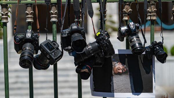 Фотоаппараты висят на решетке, фото из архива - Sputnik Azərbaycan