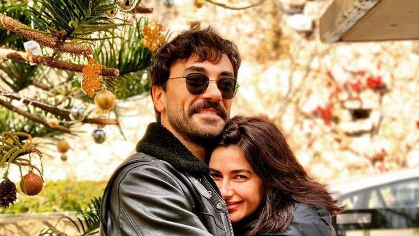 Актриса Несрин Джавадзаде с турецким актерем Гекханом Алканом - Sputnik Азербайджан