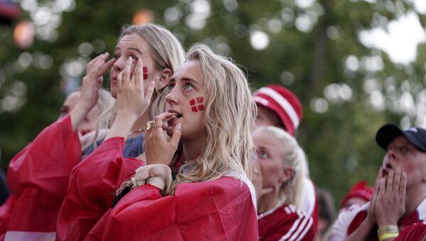 Болельщики Дании смотрят матч на большом экране в Тиволи в Копенгагене - Sputnik Azərbaycan