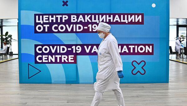 Moskvadakı Lujniki stadionundakı COVID-19 mərkəzində tibb işçisi - Sputnik Azərbaycan