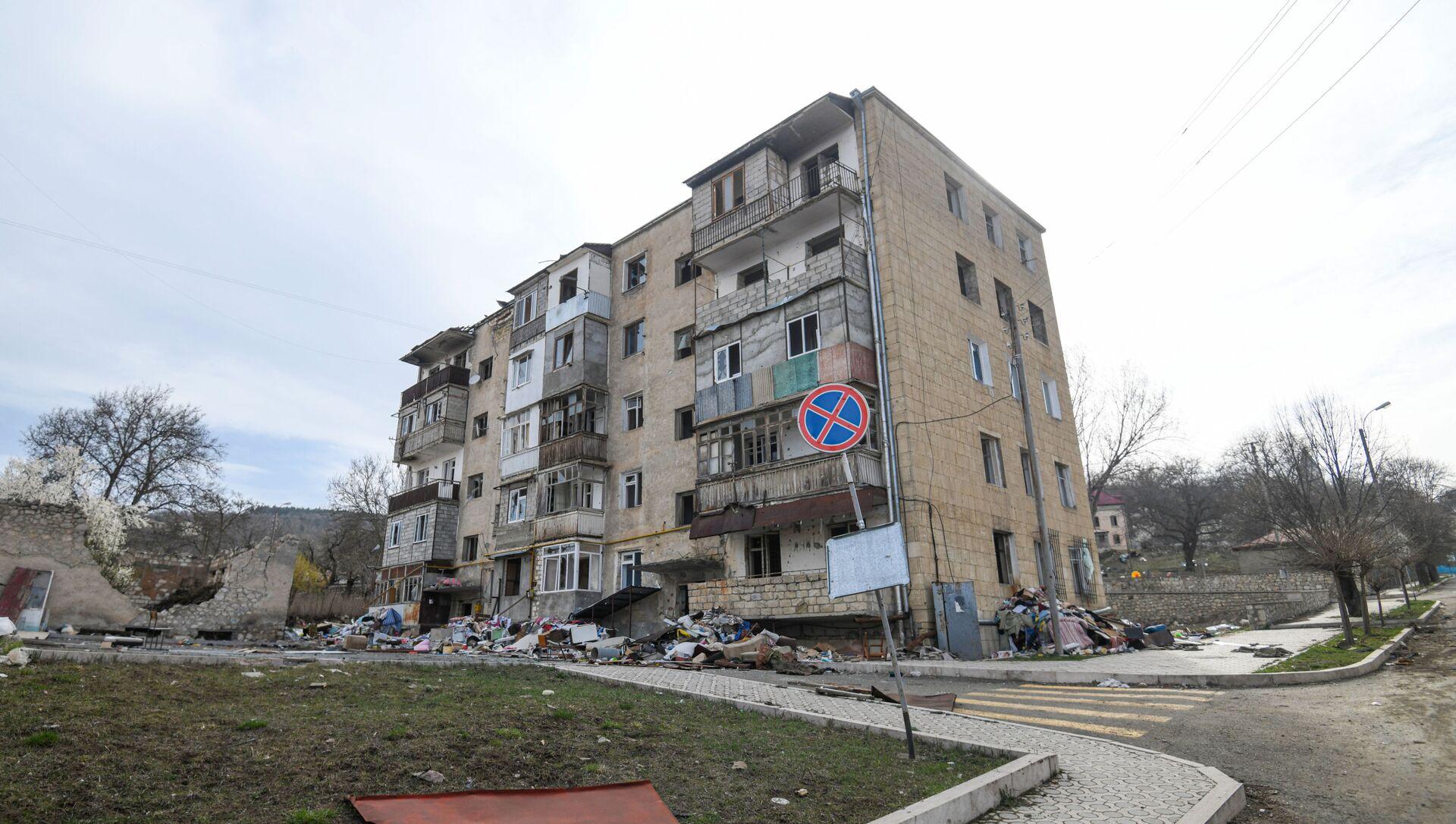 Разрушенное жилое здание в Шуше, фото из архива - Sputnik Азербайджан, 1920, 12.08.2021