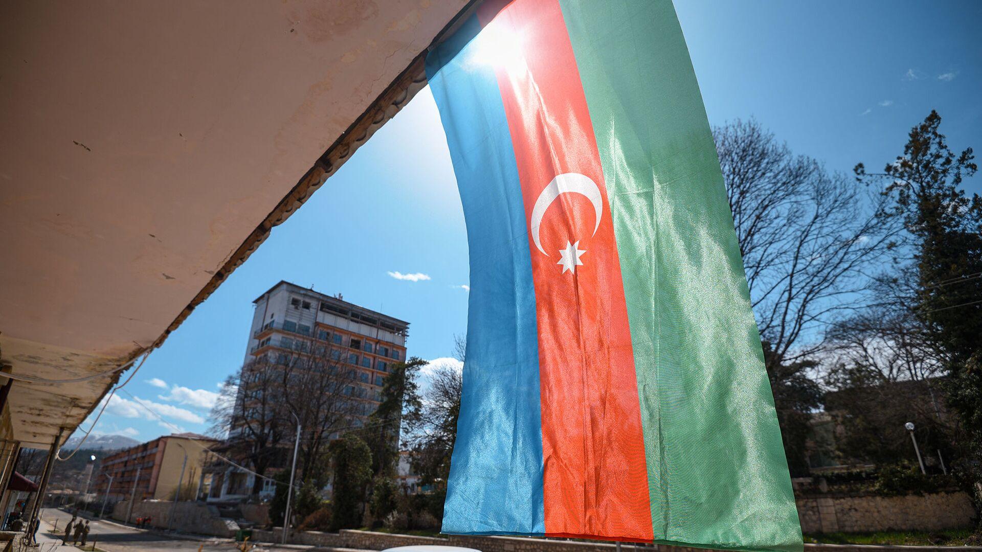 Флаг Азербайджана на одном из зданий в Шуше - Sputnik Azərbaycan, 1920, 07.09.2021