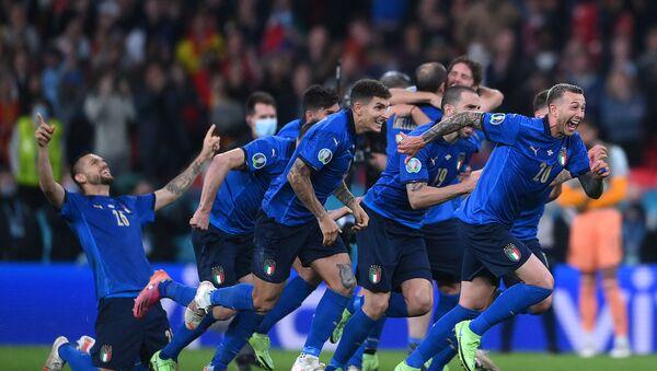 Футболисты сборной Италии празднуют победу над сборной Испании в серии пенальти - Sputnik Азербайджан