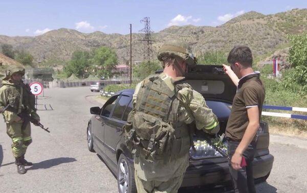 Российские миротворцы продолжают выполнять задачи обеспечения безопасность движения автотранспорта через Лачинский коридор. - Sputnik Азербайджан