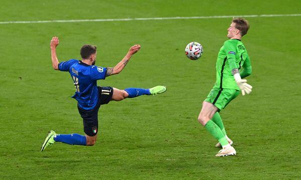 Нападающий сборной Италии Доменико Берарди (слева) и вратарь сборной Англии Джордан Пикфорд - Sputnik Азербайджан