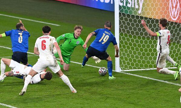 Защитник сборной Италии Леонардо Бонуччи (в центре) забивает гол в ворота сборной Англии - Sputnik Азербайджан