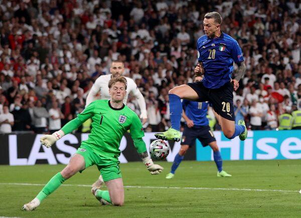 Полузащитник сборной Италии Федерико Бернардески (справа) и вратарь сборной Англии Джордан Пикфорд - Sputnik Азербайджан