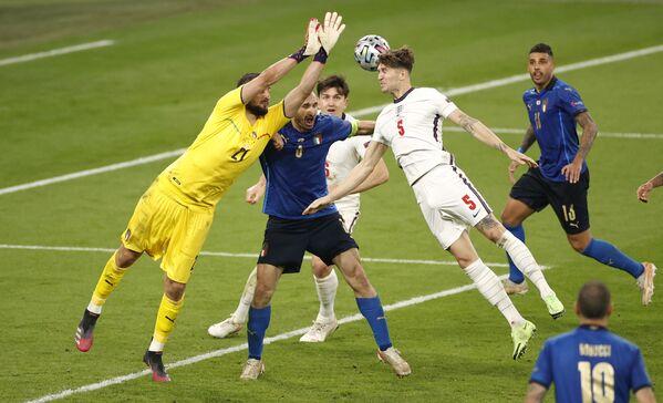 Вратарь сборной Италии Джанлуиджи Доннарумма и защитник сборной Англии Джон Стоунз (в центре слева направо) - Sputnik Азербайджан