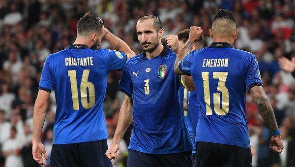 Футболисты сборной Италии Брайан Кристанте, Джорджо Кьеллини и Эмерсон (слева направо) - Sputnik Азербайджан