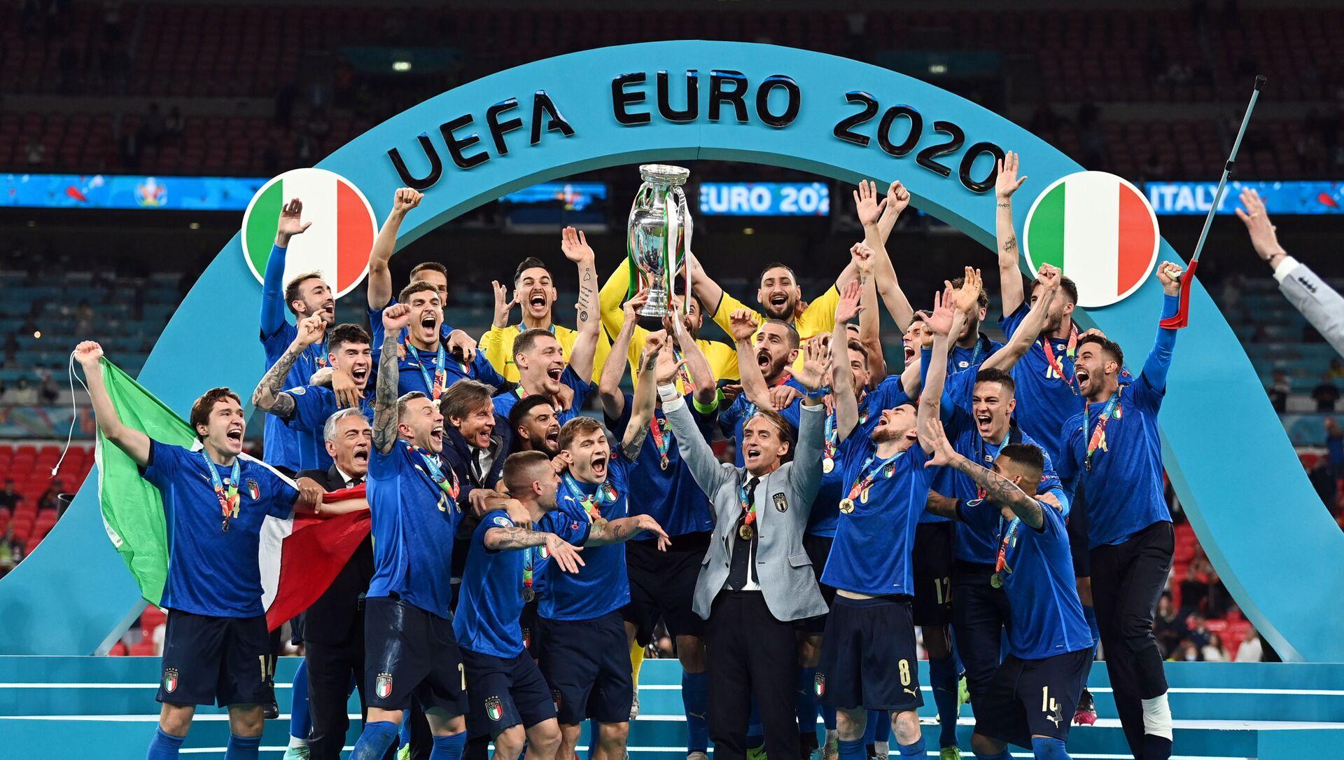 Футболисты сборной Италии радуются победе в финале ЕВРО-2020 - Sputnik Азербайджан, 1920, 12.07.2021
