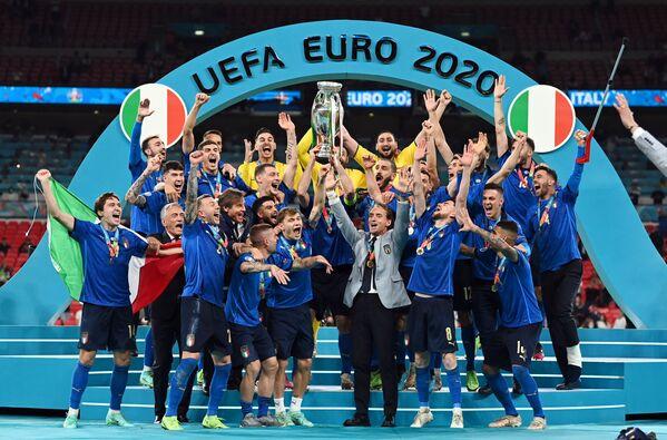 Футболисты сборной Италии радуются победе в финале ЕВРО-2020 - Sputnik Азербайджан