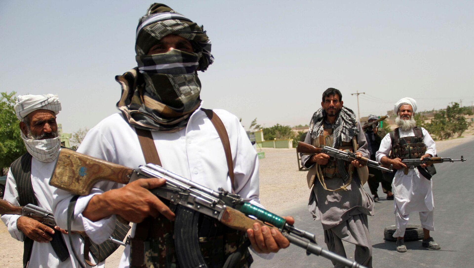 Бывшие моджахеды держат оружие, чтобы поддержать афганские силы в их борьбе против талибов, на окраине провинции Герат, Афганистан, 10 июля 2021 года - Sputnik Азербайджан, 1920, 02.09.2021