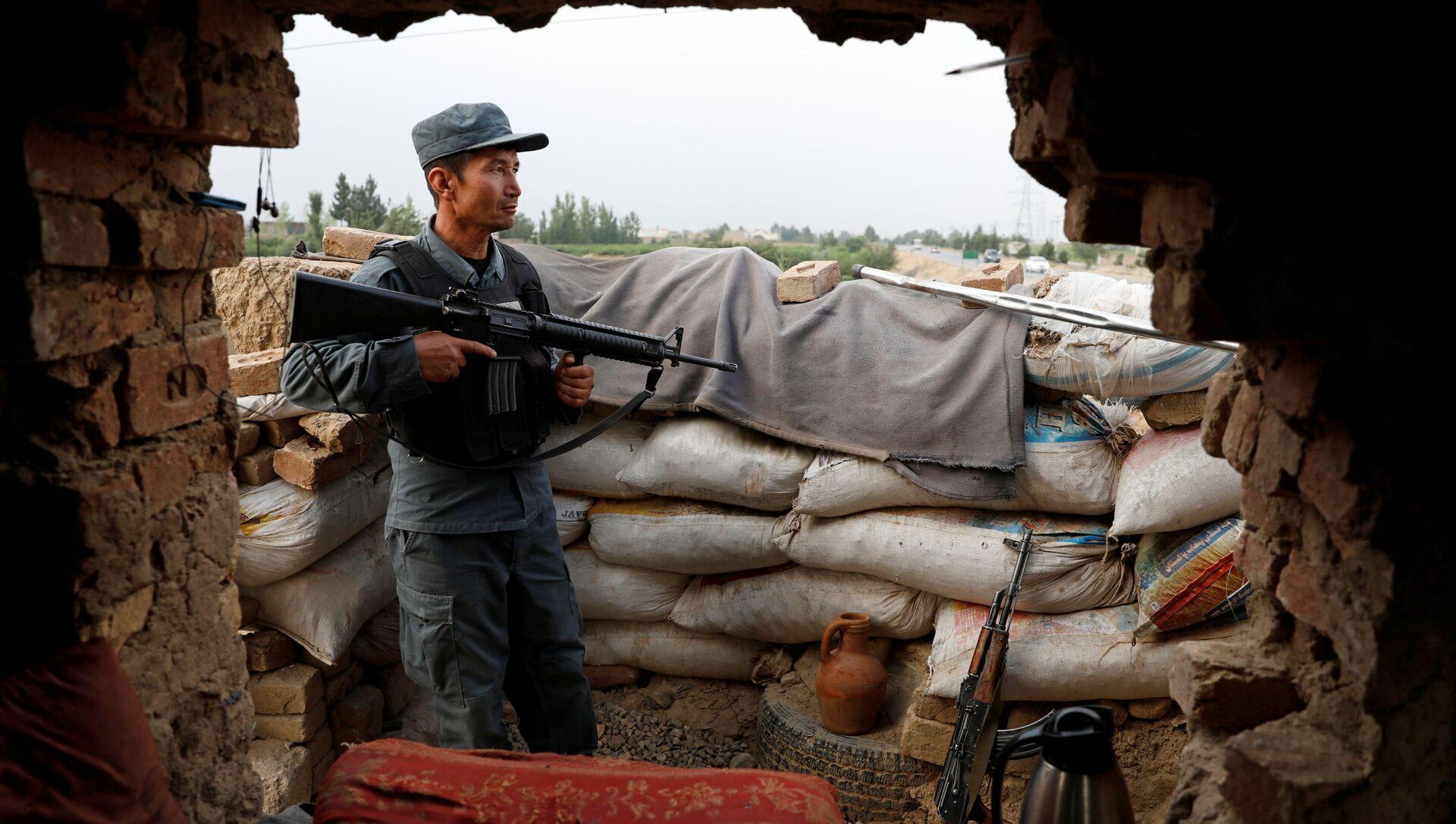 Афганский полицейский следит за блокпостом на окраине Кабула, Афганистан, 13 июля 2021 года - Sputnik Азербайджан, 1920, 09.08.2021