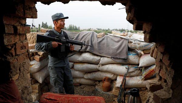Афганский полицейский следит за блокпостом на окраине Кабула, Афганистан, 13 июля 2021 года - Sputnik Азербайджан