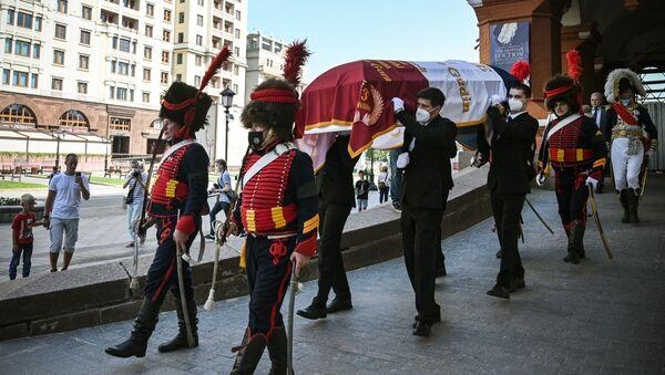 Члены исторического клуба и родственники несут гроб французского генерала Шарля Этьена Гудена во время церемонии передачи останков его тела из России во Францию  - Sputnik Азербайджан