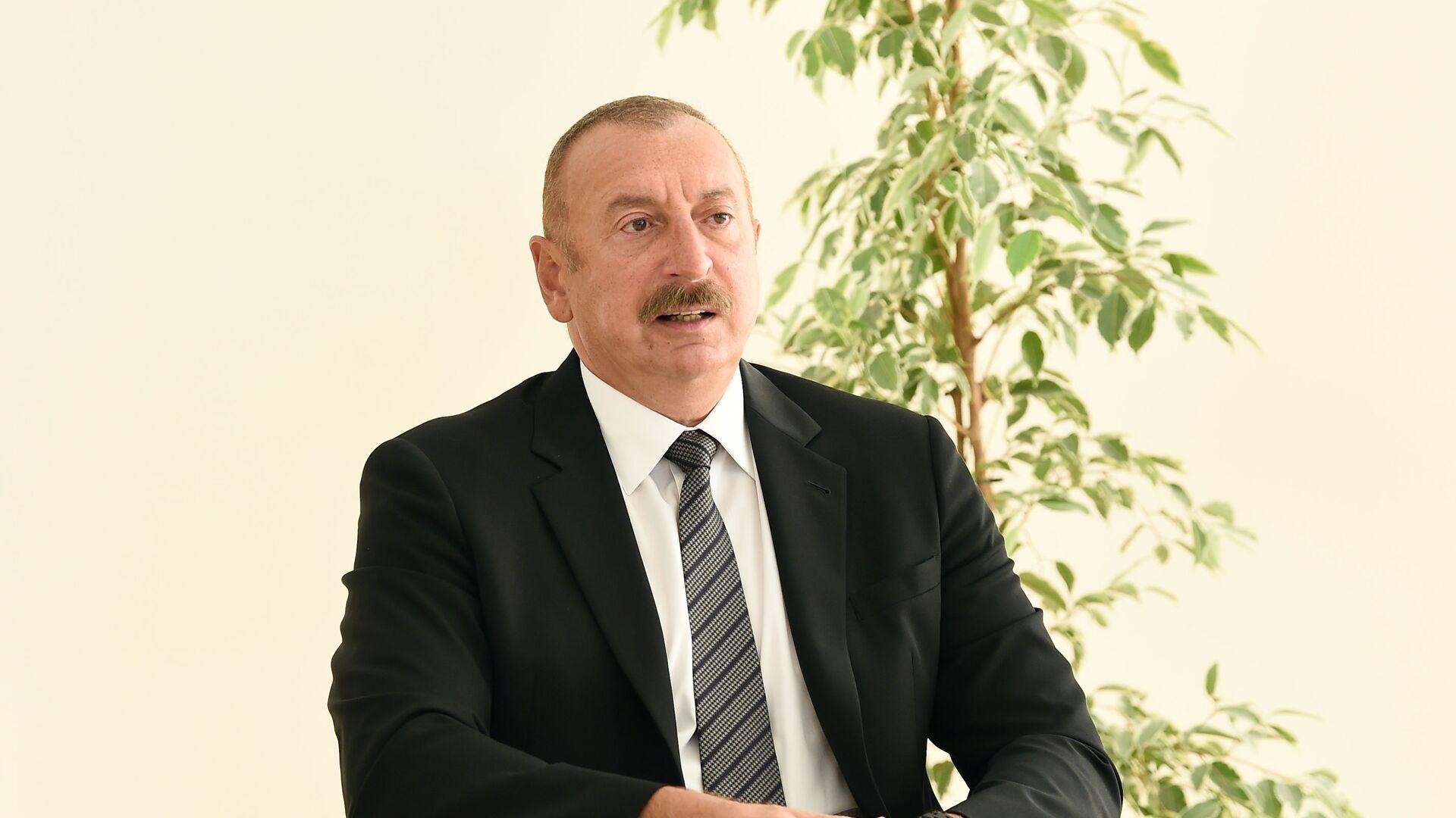 Президент Ильхам Алиев принял участие в церемонии предоставления квартир и автомобилей семьям шехидов и инвалидам войны в поселке Ходжасан - Sputnik Азербайджан, 1920, 14.07.2021