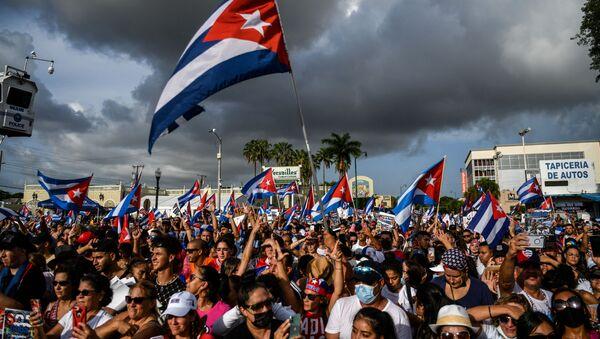 Люди в Майами протестуют в знак поддержки демонстраций кубинцев против своего правительства, 14 июля 2021 года - Sputnik Азербайджан